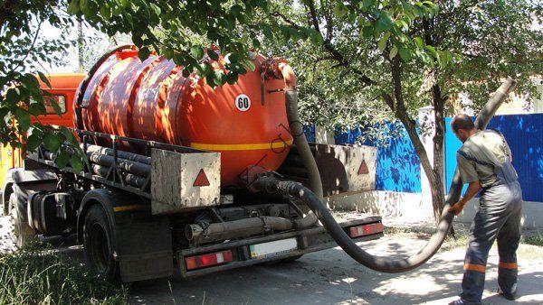 Очистка дачного туалета ассенизаторской машиной