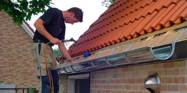 Монтаж отлива на крышу