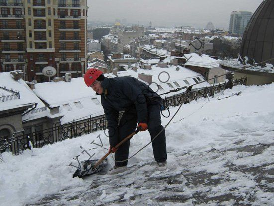 Альпинисты уборка снега с крыш